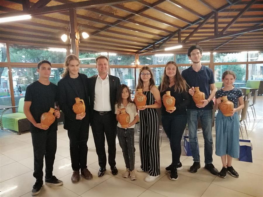 Başkan Aksoy genç piyanistleri ağırladı